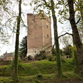 Vue du donjon et de l'arrière du château.