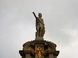 Statue de St. Hommebon de Crémone sur la Maison de la Chaloupe d'Or.